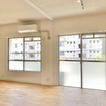 【LDK】大きな窓は南向き。昼間は電気なしでも明るいです。