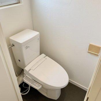 トイレは落ち着く個室。上部には棚があります。