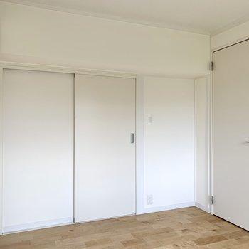 【洋室5帖】リビングと廊下、どちらからでも行き来できるんです。