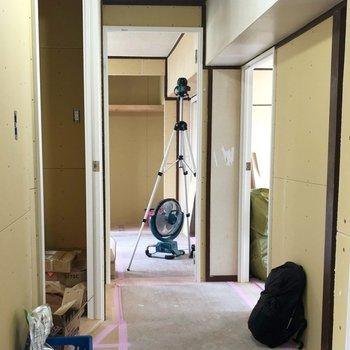 【工事中】こちらは廊下からの目線。完成が待ち遠しいです!