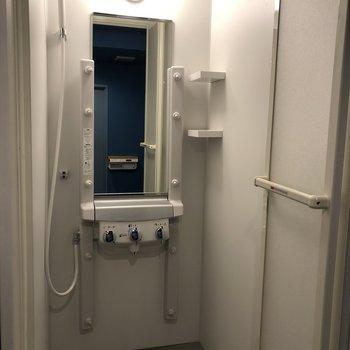シャワールーム!大きい鏡っていいなあ〜