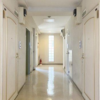共用廊下は屋内で雨の日も安心。
