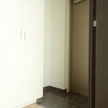 玄関は脱ぎ履きに十分なスペース。