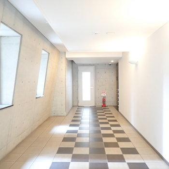 共用部】オセロをできそうな床のエントランス。