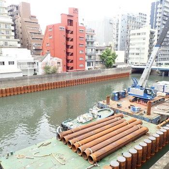 こんなリバービューが望めます!川の上で工事してるのを見るのもおもしろいかも。