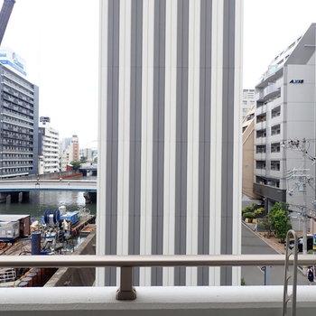 縦縞が印象的な建物の左には、川が流れています!