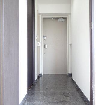 玄関のたたきが長い!脱衣所はたたきのところから入るので、スリッパなどが必要です!