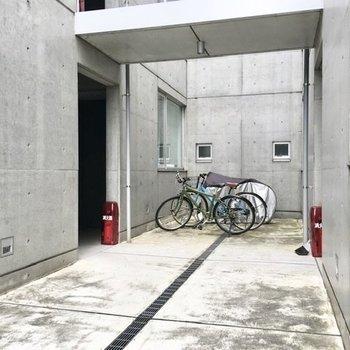 自転車はお部屋のすぐ隣に置いておけます。