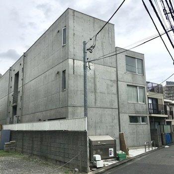 神泉駅のすぐそば、こちらの外観が目印。