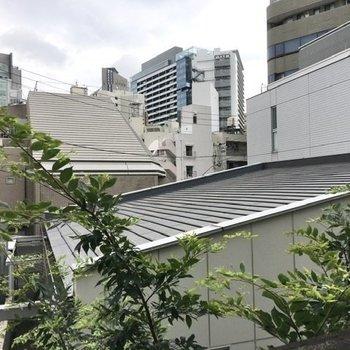 渋谷の街並みが見えます。スカンと抜けた眺望ではないものの、イケてる風景。