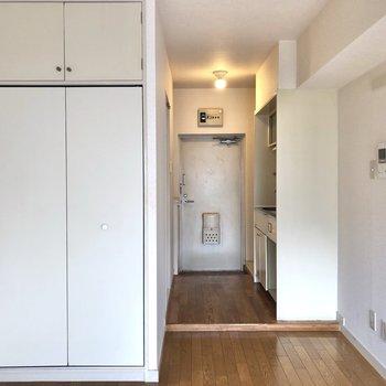 収納の扉も白く、壁の色は統一されています。
