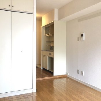 キッチンの右側には冷蔵庫などを置くと良さそう。
