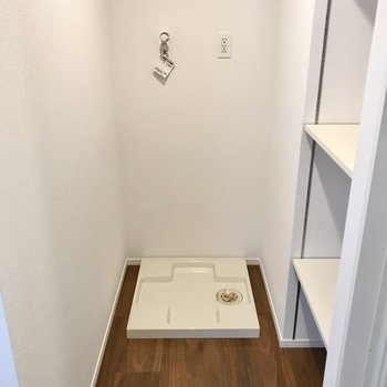 向かい側には洗濯機置き場。横の棚も便利◯