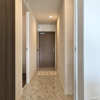 もう1部屋の洋室へは一旦廊下を通ります(※写真の小物は見本です)