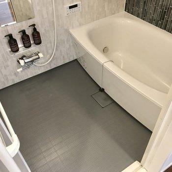 お風呂は追焚、浴室乾燥機付き!丸い形でゆったり入れますね♩