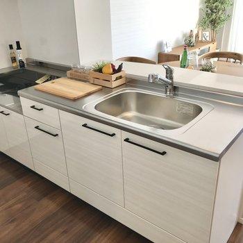 キッチンはシンク両脇にスペースがあるので料理もしやすいですね◯(※写真の家具小物は見本です)