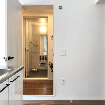 水まわりはキッチン横の扉から(※写真の小物は見本です)