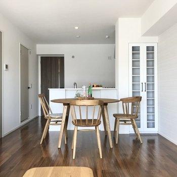 キッチンは対面式。料理を並べるのもササッとできそう♩(※写真の家具小物は見本です)