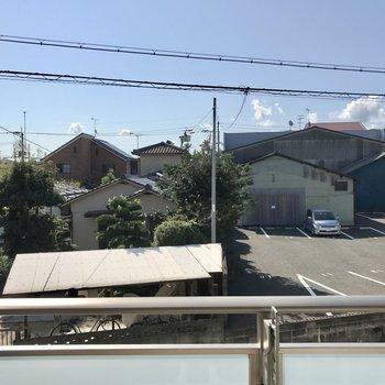 窓からの景色は穏やかな眺め。マンション前の道路がちらりと見えました