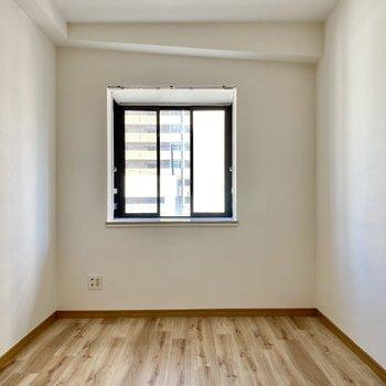 【洋室右】可愛らしい出窓が特徴です。