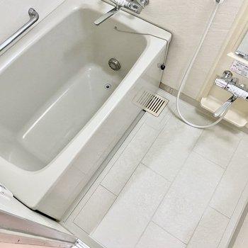 洗い場、湯船ともにゆったりとしていますよ。
