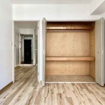 【洋室左】大きな収納スペース。上段はアウター、下段はインナーなど使い分けできると良いですね。