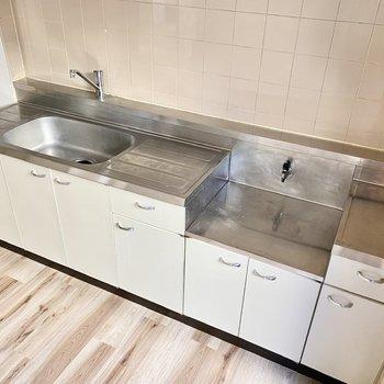 【DK】キッチンは幅広でカットスペースが多く取られています。