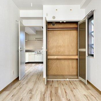 【洋室右】こちらにも収納スペースが。日用品や家電など入りそうです。