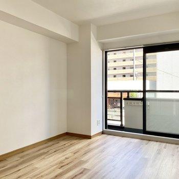 【洋室左】南東向きの窓から柔らかな陽射しが入ってきます。