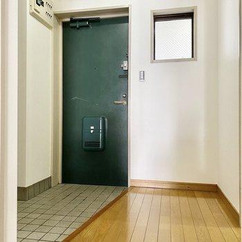 タタキ部分がワイドな玄関。2人で使っても窮屈ではなさそうです。