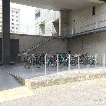 駐輪場は建物の裏側。この上に居住スペースがあるのですが……そう、宙に浮いたデザインなんです。