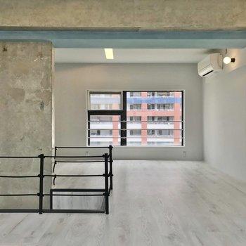 【5階部分】二面採光で開放感がありますね。家具で仕切って使うのもよさそうです。