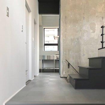 【5階部分】玄関を開けるとこの景色。白と黒、コンクリートの絶妙なバランス。
