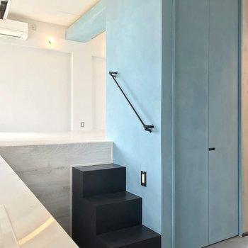 【5階部分】3段の階段が2つ。この先をリビングスペースとして使いましょう。