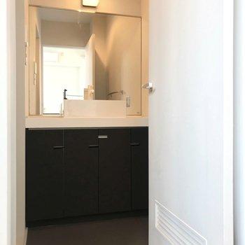 【5階部分】脱衣所には大きな洗面台。取っ手はクローゼットと統一されたデザインです。