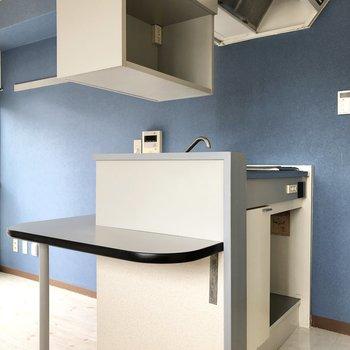キッチン、上部にも収納がついています。
