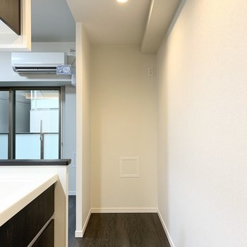 キッチン入り口の反対側にもスペースが。冷蔵庫置場にしても、キッチン家電置場にしても◎
