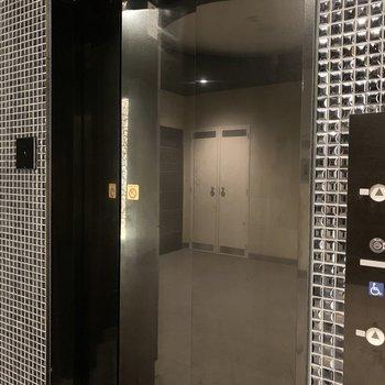 1階の操作はカードキーで行うセキュリティの高いマンションです。