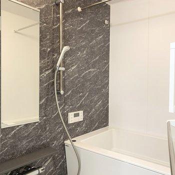 お風呂は追焚き、浴室乾燥機付。長風呂にも雨の日のお洗濯にも頼もしい設備ですね。
