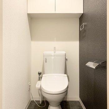 おトイレはウォシュレット付でアクセントクロスがシックな空間です。
