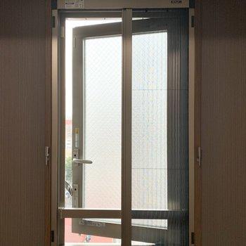 【洋5.9】窓の開閉も可能で網戸も設置されています。