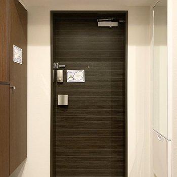 ドアの両サイドにはシューズボックスと全身ミラー。