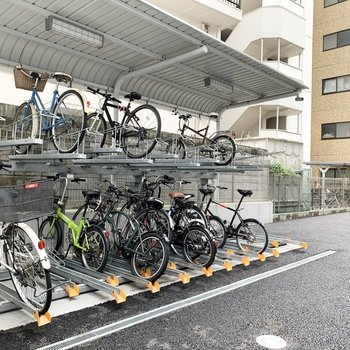 自転車置場もしっかり屋根付。2段ラックが2棟でたっぷり置ける仕様でした。