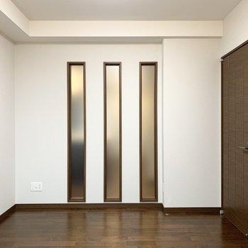 【洋5.9】LDKのスリット窓の向こう側のお部屋です。