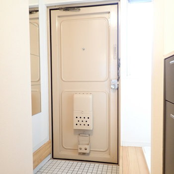 白いタイルの玄関!かわいいです。