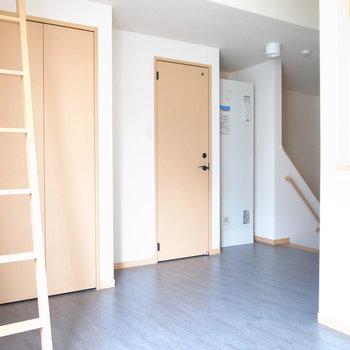 キッチンが同じスペースにあるため、ややコンパクトに感じるかもしれません。
