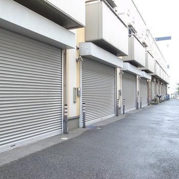 突き当たりは隣接する会社の敷地です。手前側には駐車場があります。