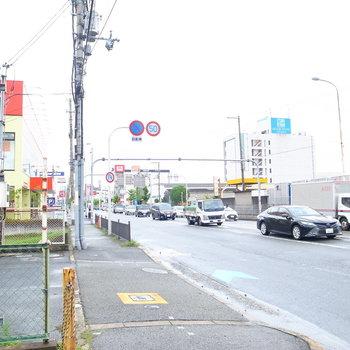 【周辺環境】すぐ近くに高速道路と大通りが。駅方面の道すがら、コンビニや飲食店がありました。