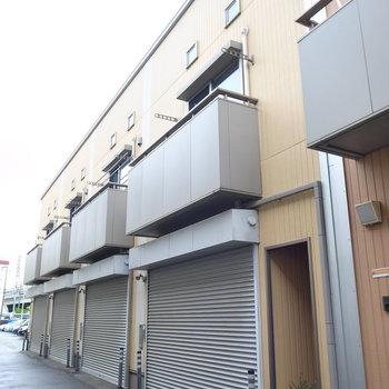 お部屋は横並びになってます。それぞれのシャッター内にガレージと玄関があります。