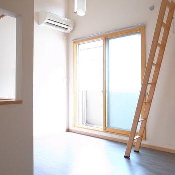 ロフトつきなので天井が高く、頭上からも光が入ってきます。
